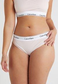 Calvin Klein Underwear - MODERN PLUS THONG - Perizoma - nymphs thigh - 0