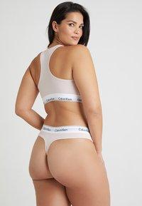 Calvin Klein Underwear - MODERN PLUS THONG - Perizoma - nymphs thigh - 2
