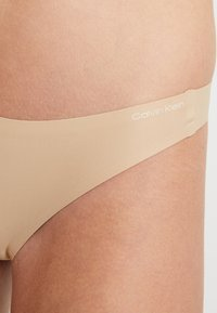 Calvin Klein Underwear - INVISIBLES THONG - Thong - bare - 4