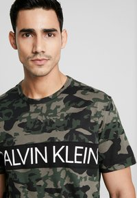 Calvin Klein Underwear - CREW NECK - Camiseta de pijama - khaki - 4