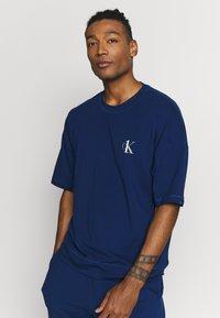 Calvin Klein Underwear - CK ONE CREW NECK - Camiseta de pijama - blue - 0