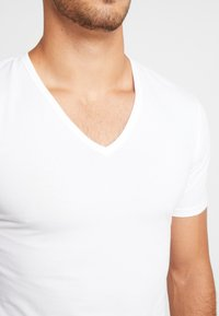Calvin Klein Underwear - V NECK T SLIM FIT 2PACK - Undershirt - white - 4
