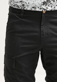 Carhartt WIP - REGULAR COLUMBIA - Pantalon cargo - black rinsed - 4