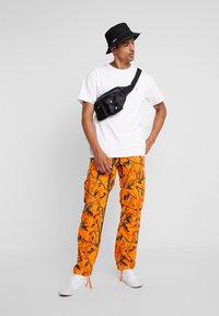 Carhartt WIP - AVIATION PANT COLUMBIA - Pantalones cargo - orange rinsed - 1