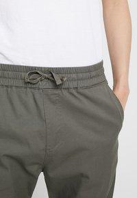 Carhartt WIP - MADISON JOGGER TRABUCO - Pantalon classique - moor rinsed - 6