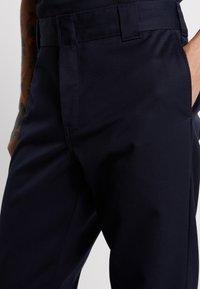 Carhartt WIP - MASTER DENISON - Chinot - dark navy rinsed - 3