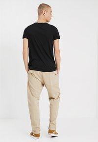 Carhartt WIP - LAWTON PANT VESTAL - Pantalones - wall - 2