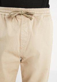 Carhartt WIP - LAWTON PANT VESTAL - Pantalones - wall - 5