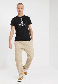Carhartt WIP - LAWTON PANT VESTAL - Pantalones - wall - 1