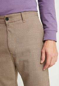 Carhartt WIP - MENSON PANT PASCOSTRETCH  - Tygbyxor - hamilton brown rigid - 5