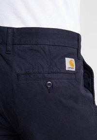Carhartt WIP - JOHNSON PANT KINGSVILLE - Pantalones - dark navy - 5