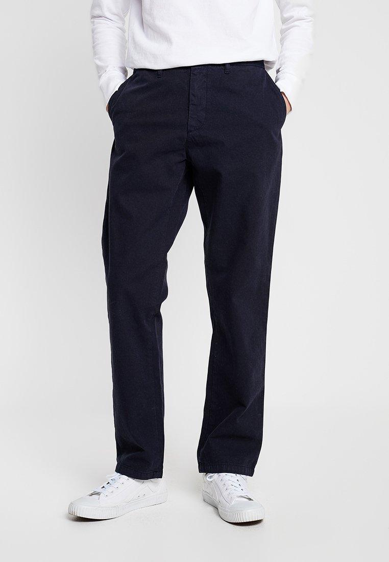Carhartt WIP - JOHNSON PANT KINGSVILLE - Pantalones - dark navy
