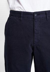 Carhartt WIP - JOHNSON PANT KINGSVILLE - Pantalones - dark navy - 3