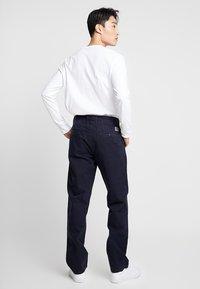 Carhartt WIP - JOHNSON PANT KINGSVILLE - Pantalones - dark navy - 2