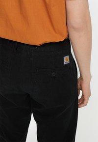 Carhartt WIP - JOHNSON PANT KINGSVILLE - Pantalones - black - 5