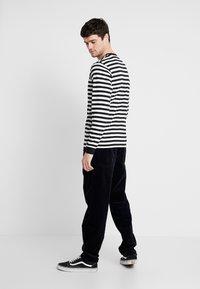 Carhartt WIP - NEWEL PANT - Pantalon classique - dark navy rinsed - 2