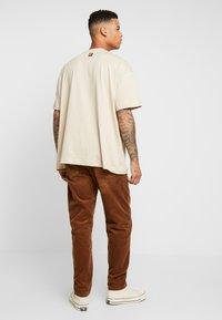 Carhartt WIP - NEWEL PANT - Bukse - hamilton brown rinsed - 2