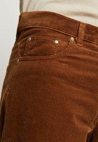 Carhartt WIP - NEWEL PANT - Tygbyxor - hamilton brown rinsed - 5