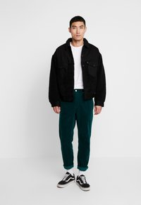 Carhartt WIP - NEWEL PANT - Pantalones - dark fir rinsed - 1