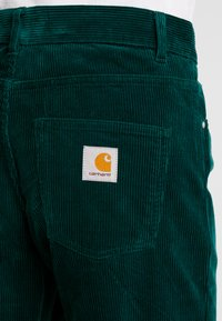 Carhartt WIP - NEWEL PANT - Pantalones - dark fir rinsed - 5