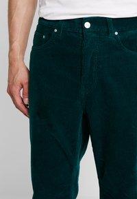 Carhartt WIP - NEWEL PANT - Pantalones - dark fir rinsed - 3