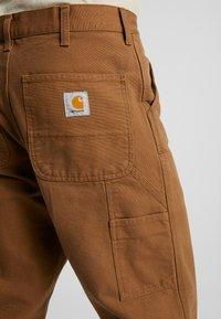Carhartt WIP - DOUBLE KNEE PANT DEARBORN - Cargobyxor - hamilton brown rinsed - 4