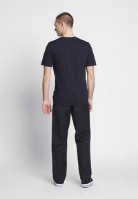 Carhartt WIP - PANT DUNMORE - Chinot - black rinsed - 0