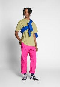 Carhartt WIP - CLOVER PANT LANE - Tygbyxor - ruby pink rinsed - 1