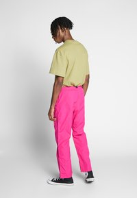 Carhartt WIP - CLOVER PANT LANE - Tygbyxor - ruby pink rinsed - 2