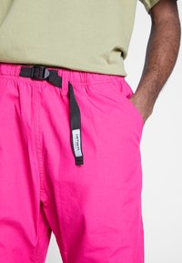 Carhartt WIP - CLOVER PANT LANE - Tygbyxor - ruby pink rinsed - 5