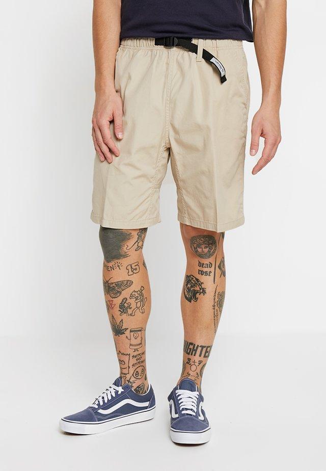 CLOVER - Shorts - wall