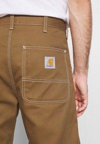 Carhartt WIP - PENROD GRIFFITH - Short - hamilton brown rigid - 5