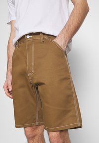 Carhartt WIP - PENROD GRIFFITH - Short - hamilton brown rigid - 3