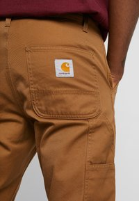 Carhartt WIP - RUCK SINGLE KNEE PANT - Jeans Relaxed Fit - hamilton brown rinsed - 4