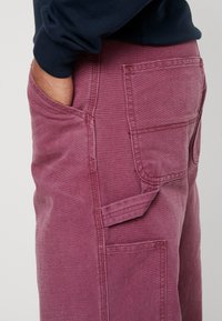 Carhartt WIP - SINGLE KNEE PANT DEARBORN - Jeans Straight Leg - dusty fuchsia aged - 4
