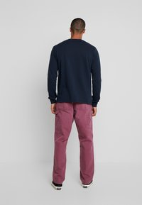 Carhartt WIP - SINGLE KNEE PANT DEARBORN - Jeans Straight Leg - dusty fuchsia aged - 2