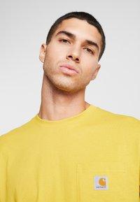 Carhartt WIP - POCKET - T-shirt basic - colza - 3
