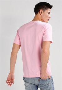 Carhartt WIP - POCKET - T-shirt basic - vegas pink - 2