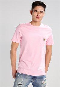 Carhartt WIP - POCKET - T-shirt basic - vegas pink - 0