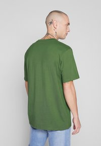 Carhartt WIP - POCKET - T-shirt - bas - dollar green