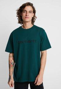 Carhartt WIP - SCRIPT - T-shirt print - dark fir/black - 0