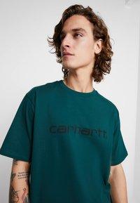 Carhartt WIP - SCRIPT - T-shirt print - dark fir/black - 4
