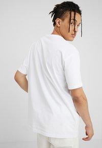 Carhartt WIP - CHASE  - Jednoduché triko - white/gold - 2