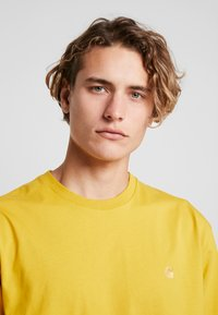 Carhartt WIP - CHASE  - T-shirt basique - colza/gold - 4