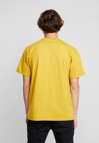 Carhartt WIP - CHASE  - T-shirt basique - colza/gold - 2