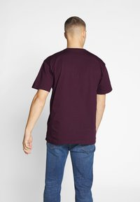 Carhartt WIP - CHASE  - T-shirt basique - shiraz/gold - 2