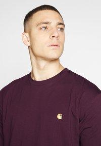 Carhartt WIP - CHASE  - T-shirt basique - shiraz/gold - 4
