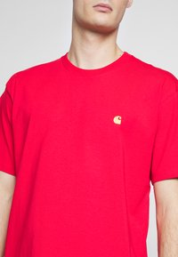 Carhartt WIP - CHASE  - T-shirt basique - etna red / gold - 5
