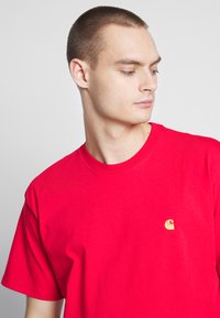 Carhartt WIP - CHASE  - T-shirt basique - etna red / gold - 3