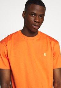 Carhartt WIP - CHASE  - T-shirt basique - clockwork/gold - 3